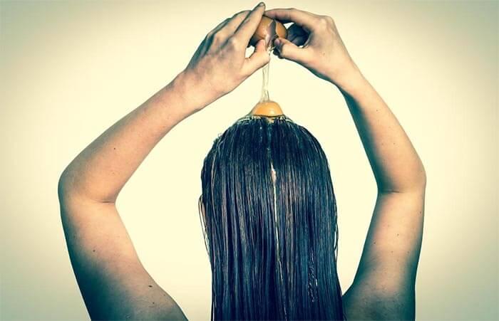 wcieranie jaj we włosy